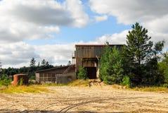 De oude verlaten in gebreke gebleven industriële bouw Stock Foto