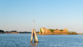 De oude verlaten geruïneerde bouw van het eiland van Madonna del Monte bij zonsondergang in de lagune van Venetië Stock Fotografie
