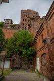 De oude verlaten rode lift van de baksteenkorrel stock foto
