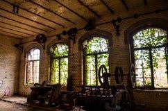 De oude verloren abandonend fabrieksbouw stock foto's