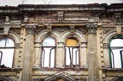 De oude vernietigde bouw Mooie oude vensters in geruïneerd herenhuis De vernietigingsbouw Stock Afbeelding