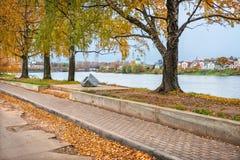 De oude vernieuwde dijk in Tver Stock Afbeelding