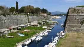 De oude Vesting, de stad van Korfu, Griekenland Het Contrafossa-kanaal dat het verbinden de Golf van Kerkyra aan de Baai van Gari stock videobeelden