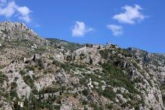 De oude vesting van Saint John bij de bovenkant van het oriëntatiepunt van bergkotor stock foto's