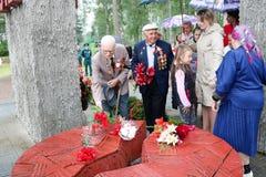 De oude veteraan van de mensengrootvader van Wereldoorlog II in medailles en decoratie zet centen Victory Day Moscow, Rusland, 05 royalty-vrije stock foto's