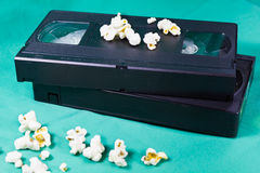 De oude videobanden en de popcorn stock afbeeldingen