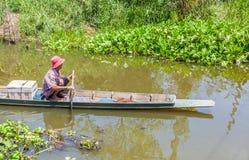 De oude visser gebruikt de oude Thaise stijl voor vangst de vissen Stock Afbeelding