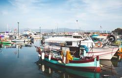 De oude vissersboten worden vastgelegd in haven stock foto's