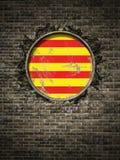 De oude vlag van Catalonië in bakstenen muur Stock Afbeeldingen