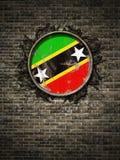 De oude vlag van St. Christopher en Nevis in bakstenen muur Stock Fotografie
