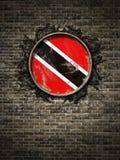 De oude vlag van Trinidad en van Tobago in bakstenen muur Stock Foto