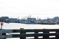 De oude vloot van de school houten die beuglijn bij vissers` s Terminal wordt gedokt royalty-vrije stock foto's