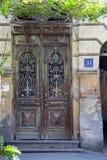 De oude voordeur van een flatgebouw stock foto