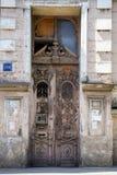 De oude voordeur van een flatgebouw royalty-vrije stock afbeelding