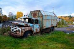 De oude vrachtwagen is uit levend zijn dagen op het gazon dichtbij het huis royalty-vrije stock afbeelding