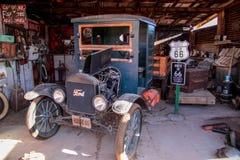 De oude vrachtwagen van Ford TT in een bodyshop op Route 66 stock afbeeldingen