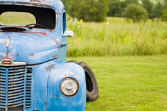 De oude vrachtwagen van het rammelkastlandbouwbedrijf Stock Afbeelding
