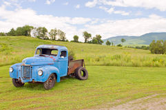 De oude vrachtwagen van het troeplandbouwbedrijf Stock Afbeeldingen