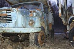 De oude vrachtwagens dilapitated met roest en beschadigd stock afbeeldingen
