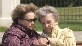 De oude vrouw bekijkt de drijver van de manchetgeschiktheid stock video