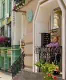 De oude vrouw bevindt zich op het balkon Stock Afbeeldingen
