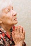De oude vrouw bidt Royalty-vrije Stock Foto's