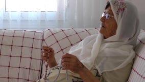 De oude Vrouw bidt met Rozentuin