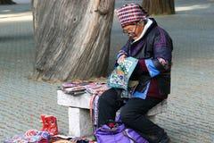 De oude vrouw die etnische kleding draagt Royalty-vrije Stock Fotografie