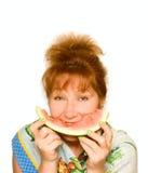 De oude Vrouw eet watermeloen Stock Fotografie