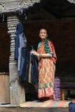De oude vrouw in het durbar vierkant van Katmandu in Nepal Stock Foto's