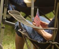 De oude vrouw houdt vlag bij Theekransjeverzameling Royalty-vrije Stock Fotografie