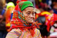 De oude vrouw op de markt in Bac Ha, Vietnam Stock Foto