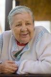 De oude vrouw op het balkon Royalty-vrije Stock Foto's