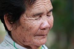 De oude vrouw sluit zijn ogen Royalty-vrije Stock Foto's