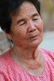 De oude vrouw sluit zijn ogen Stock Foto