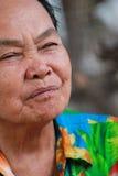 De oude vrouw sluit zijn ogen Royalty-vrije Stock Afbeeldingen