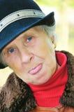 De oude vrouw toont tong royalty-vrije stock fotografie