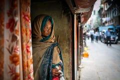 De oude vrouw van Nepal in de straat van Katmandu Royalty-vrije Stock Fotografie