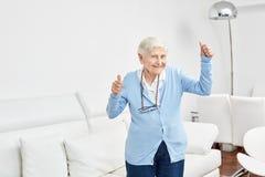 De oude vrouw verheugt zich met vitaliteit en joie DE vivre royalty-vrije stock afbeelding
