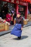 De oude vrouw in yuantongstad in Sichuan, China Royalty-vrije Stock Foto's