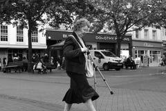 De oude vrouwen die van de nadrukfotografie op manier lopen royalty-vrije stock fotografie