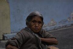 De oude vrouwen die verkoopt royalty-vrije stock afbeelding
