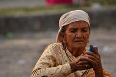 De oude vrouwen gebruiken celtelefoon met hand twee royalty-vrije stock afbeelding
