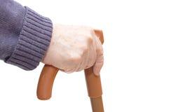 De oude vrouwenhand leunt op wandelstok Royalty-vrije Stock Fotografie