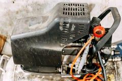 De oude vuile compressor van de garagelucht, motor Stock Afbeeldingen