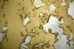 de oude vuile muur met gele van tijd tot tijd gebarsten verf, kan als achtergrond of textuur worden gebruikt stock foto's