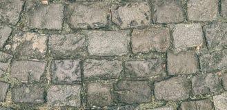 De oude weg van gebroken straatstenen Het kan voor achtergronden, texturen worden gebruikt royalty-vrije stock afbeeldingen