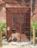 De oude Westelijke roestige cel van de metaalgevangenis in woestijn stock afbeeldingen