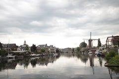 De oude oude windmolen langs rivier Oude Rijn in stad van Bodegraven whch werd bierbrouwerij stock afbeelding