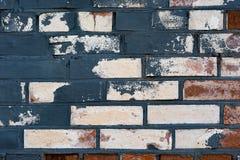 De oude witte bakstenen muur stelde blauwe verf in de schaduw stock afbeeldingen